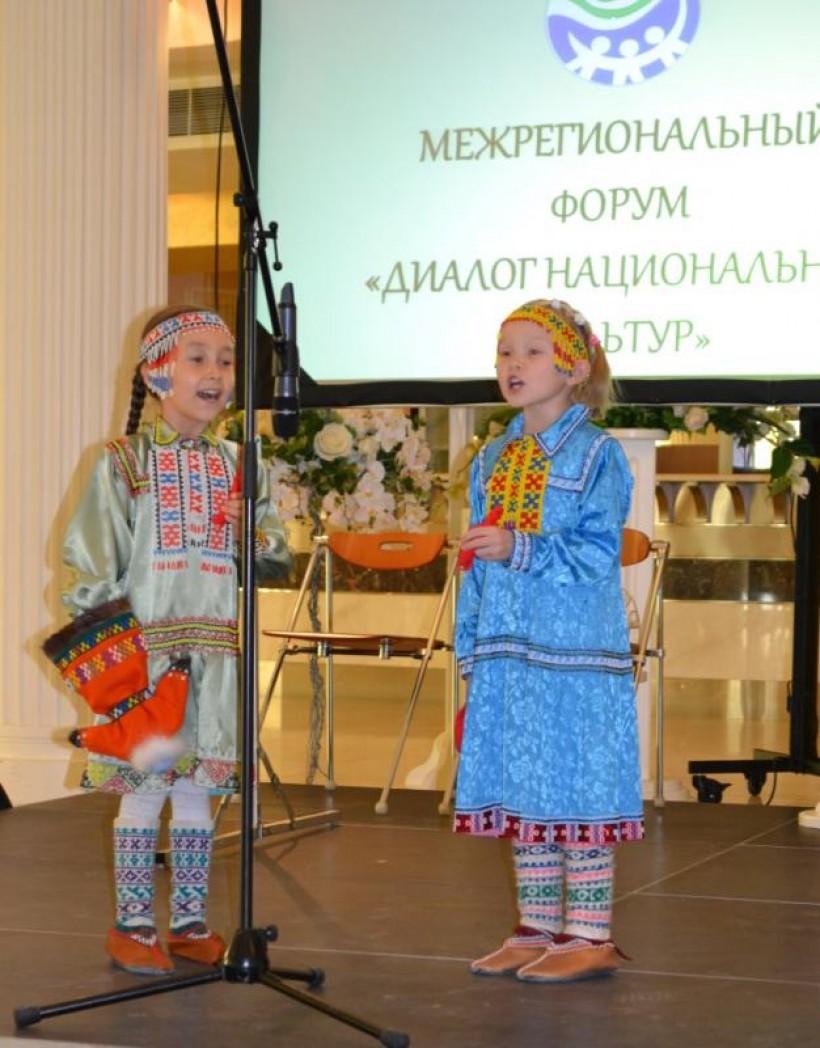 Русскинской кәртаң эвеңӑн  Алина Айваседа па Ксения Покачева