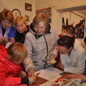 Участники рассматривают снимки