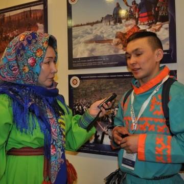 Журналист Ю. Накова с оленеводом В. Русскиным