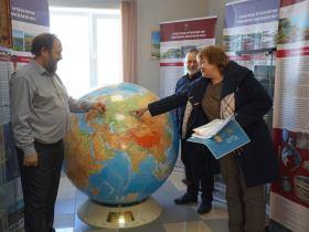 На фото: Ведущие научные сотрудники СурГУ Г. П. Визгалов, О. В. Кардаш и директор Салымской СОШ №2 Т. А. Алифирова