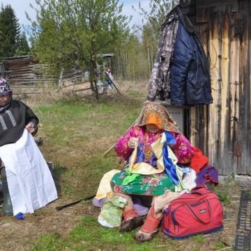 Иосиф Куртямов и Вера Еприна готовятся к обряду поклонения